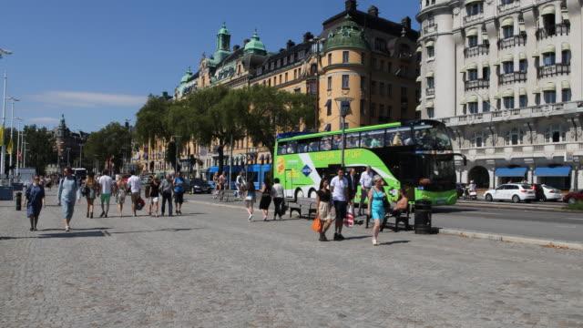 vídeos de stock, filmes e b-roll de street scenes of stockholm - escandinávia