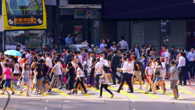 vídeos de stock, filmes e b-roll de street scenes & victoria peak view - mala de rodinhas