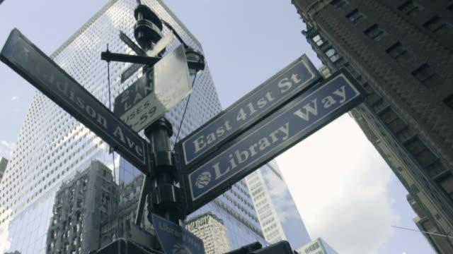 vídeos de stock e filmes b-roll de ny street sign - dolly shot - placa de nome de rua