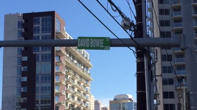 vídeos y material grabado en eventos de stock de street sign erected in honor of david bowie in austin texas. actual street name is bowie street. - street name sign