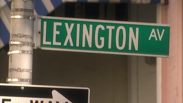 stockvideo's en b-roll-footage met cu street sign for lexington avenue / new york city, new york, usa  - straatnaambord