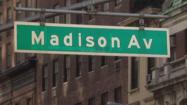 vídeos y material grabado en eventos de stock de cu street sign for madison avenue in new york city / new york city, new york, usa  - señal de nombre de calle