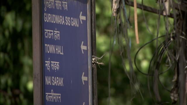 a street sign in delhi. - rathaus stock-videos und b-roll-filmmaterial