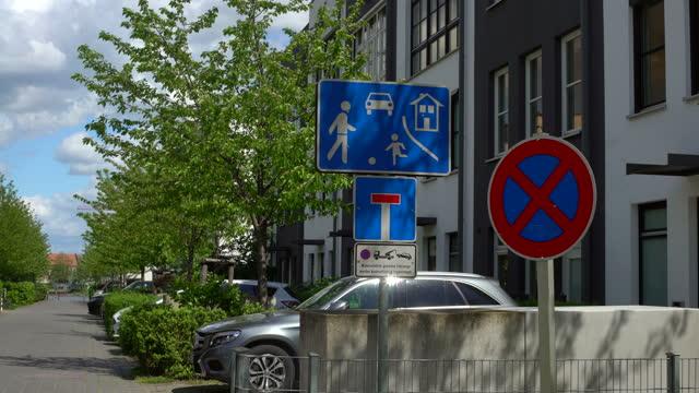 stockvideo's en b-roll-footage met straatnaambord speelstraat - straatnaambord