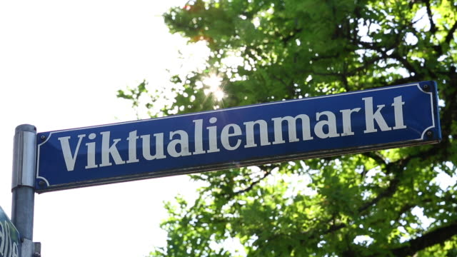 stockvideo's en b-roll-footage met straatnaambord viktualienmarkt in münchen - street name sign