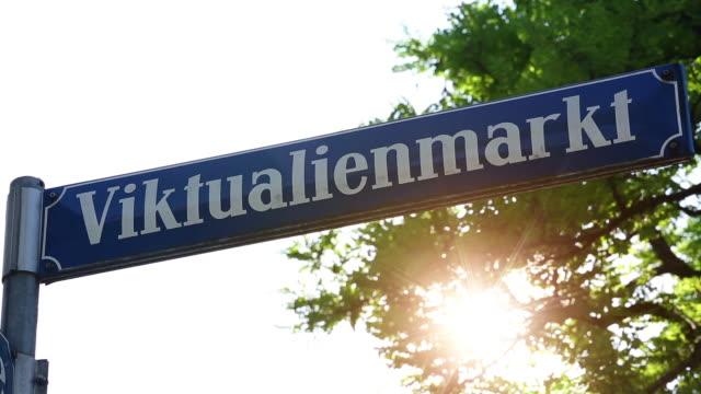 vídeos de stock e filmes b-roll de street sign viktualienmarkt in munich - placa de nome de rua
