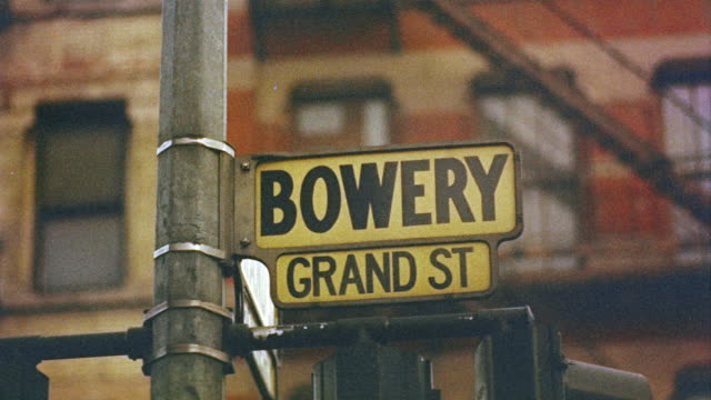 1959 cu focus street signs for bowery and grand st./ manhattan, new york, usa - lower east side bildbanksvideor och videomaterial från bakom kulisserna
