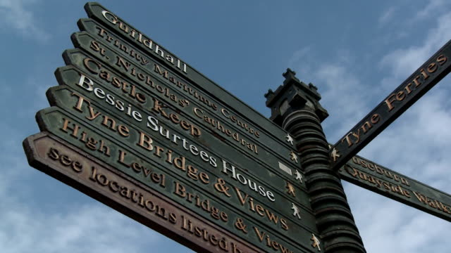 street signs on the gateshead quays, newcastle upon tyne - newcastle upon tyne stock-videos und b-roll-filmmaterial
