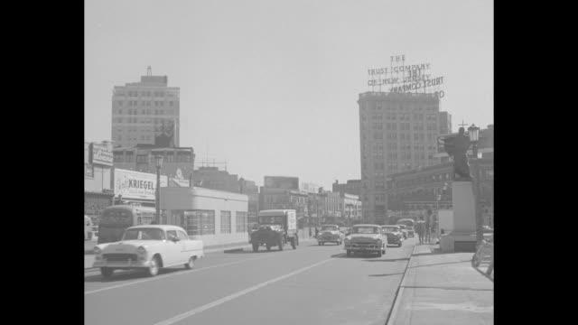 street signs reading hudson blvd and journal square / street scene of jersey city with cars coming down road can see sign atop building the trust... - ジャージーシティ点の映像素材/bロール
