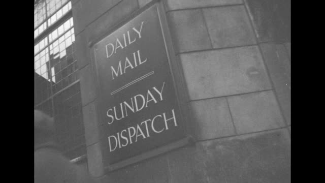 """street signs relating to news sources and outlets, incl """"latest war news"""", """"evening news"""", """"first with the news"""", """"daily mail"""", """"observer"""" / down... - daily mail stock videos & royalty-free footage"""