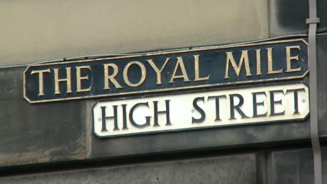 vídeos y material grabado en eventos de stock de cu, street signs the royal mile and high street, edinburgh, scotland, united kingdom - señal de nombre de calle