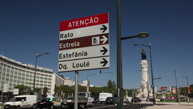 stockvideo's en b-roll-footage met ws street signs with traffic / lisbon, portugal - portugese cultuur