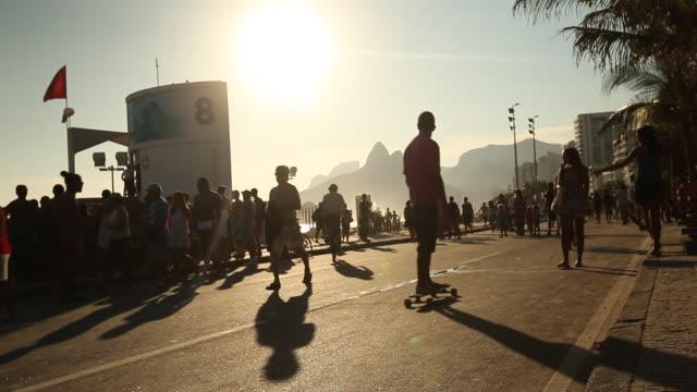 vídeos de stock, filmes e b-roll de street, skateboarder, pedestrian - menos de 10 segundos