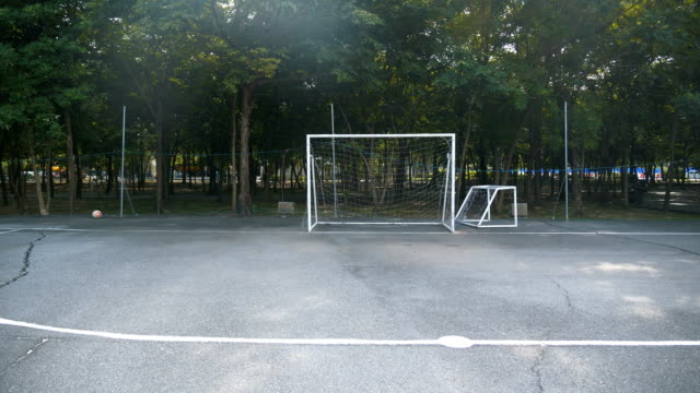 vidéos et rushes de terrain de football de rue, bangkok - terrain de sport sur gazon