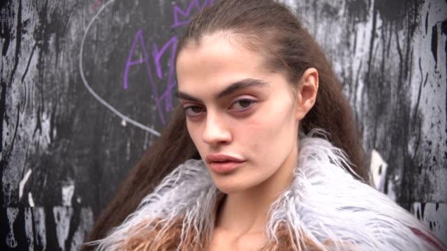 vidéos et rushes de street style lfw september 2018 on september 18 2018 in london england - ming