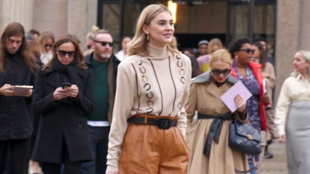 stockvideo's en b-roll-footage met street style outside miu miu défilé - paris fashion week womenswear fall/winter 2020/2021 on march 03, 2020 in paris, france. - fashion show