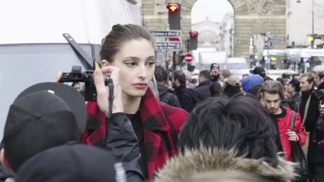stockvideo's en b-roll-footage met street style paris fashion week haute couture spring/summer 2018 on january 23 2018 in paris france - week
