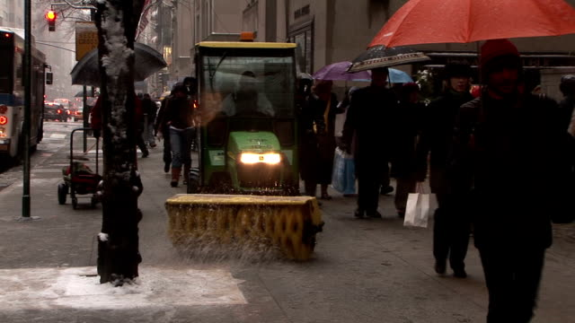 street sweeper clears snow on 5th avenue - fanghiglia video stock e b–roll
