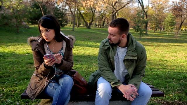 straße dieb stiehlt eine frau tasche im park - stehlen verbrechen stock-videos und b-roll-filmmaterial