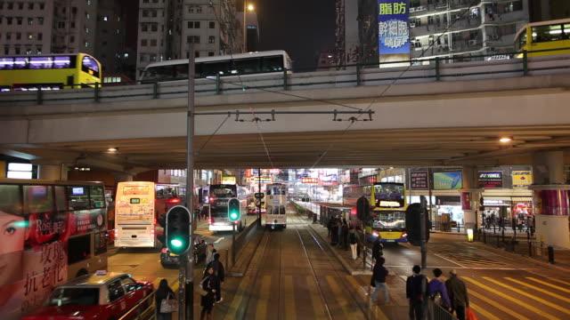 vídeos de stock e filmes b-roll de ws pov street traffic as seen from moving tram / hong kong, china - linha do elétrico