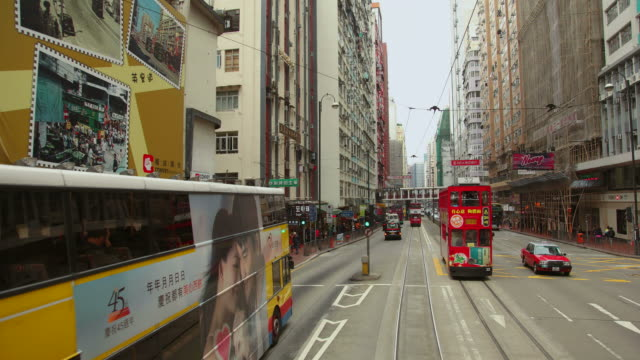 vídeos de stock, filmes e b-roll de t/l ws pov street traffic from moving tram / hong kong, china - ponto de vista de bonde