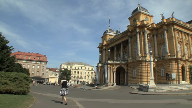 ws street traffic in front of national theater / zagreb, croatia - zagreb stock videos & royalty-free footage