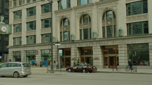 street traffic in front of the jewelry building, 35 east wacker drive, chicago, il; taxi pulls up to entrance in 2nd half of shot - traffic点の映像素材/bロール