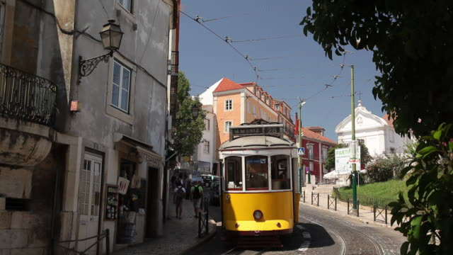 vídeos y material grabado en eventos de stock de ws street traffic / lisbon, portugal - tranvía