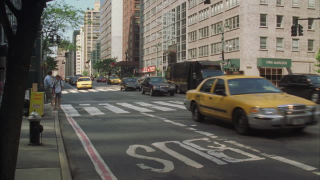 ws pan street traffic with black limousine prominent / manhattan, new york, usa - anno 1999 video stock e b–roll