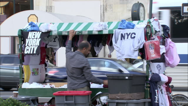 stockvideo's en b-roll-footage met ms, street vendor at stand with ny souvenirs, fifth avenue, new york city, new york, usa - marktkoopman