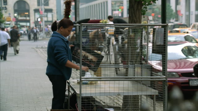 vidéos et rushes de ms pan street vendor polishing picture frames / new york city, new york, usa - vendeur ambulant