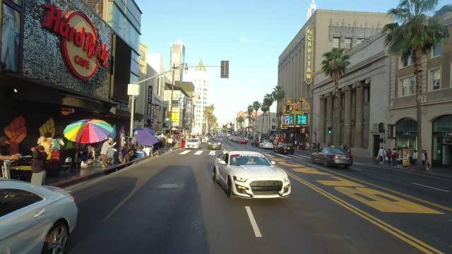 street vendors and the dolby theatre in hollywood boulevard at sunset - the dolby theatre stock videos & royalty-free footage