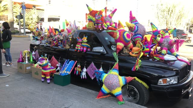 street vendors of pinatas in the polanco district on december 30, 2020 in mexico city, mexico. mexico city is suspending non-essential activities... - papier bildbanksvideor och videomaterial från bakom kulisserna