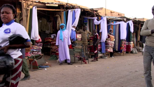 street view and shops. niger, agadez - ニジェール点の映像素材/bロール