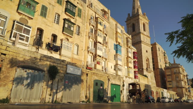 stockvideo's en b-roll-footage met street view in old town - malta - valletta