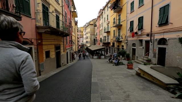 straße zu fuß von riomaggiore dorf in italien. riomaggiore ist eines der fünf berühmten küste dörfer - fünf gegenstände stock-videos und b-roll-filmmaterial