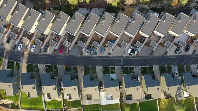vidéos et rushes de une rue avec des maisons individuelles dans des rangées - lotissement