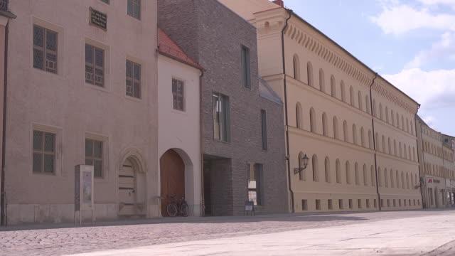 street with melanchthonhaus and leucorea - 宗教的指導者 マルティン・ルター点の映像素材/bロール