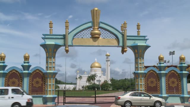 street with sultan omar ali saifuddien mosque, mosque through arch, worshippers arriving at mosque, golden dome, entry gate, worshippers entering... - brunei stock videos & royalty-free footage