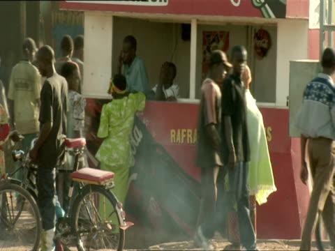 ms pan street with traffic and pedestrians near kigali market / kigali, rwanda - フツ族点の映像素材/bロール