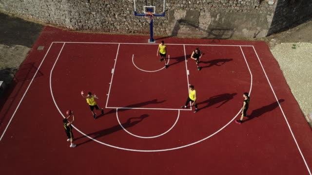 vidéos et rushes de streetball match à l'extérieur - streetball