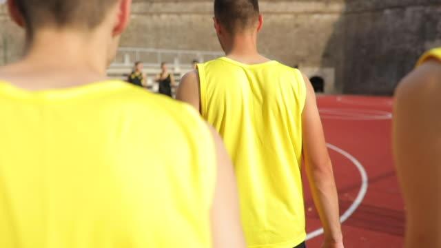 vidéos et rushes de streetball joueurs arrivant sur cour - streetball