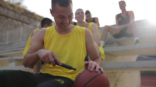 vidéos et rushes de streetball joueurs sur les stands - streetball
