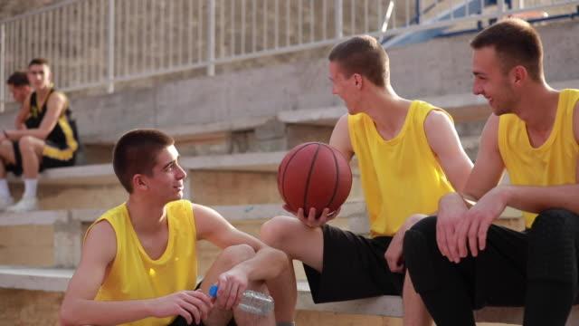 vidéos et rushes de joueurs de streetball reposantes sur les stands - streetball