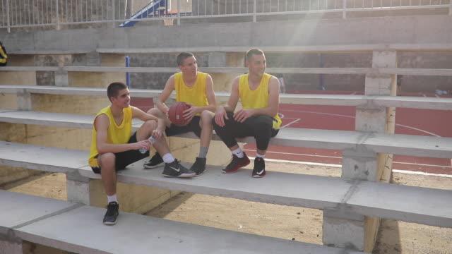 vidéos et rushes de streetball joueurs assis sur les stands - streetball