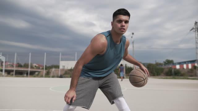 vídeos de stock, filmes e b-roll de pro de streetball - cesta