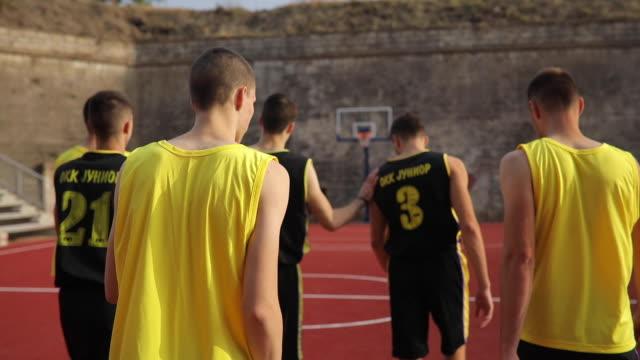 vidéos et rushes de équipe de streetball arrivant sur cour - streetball