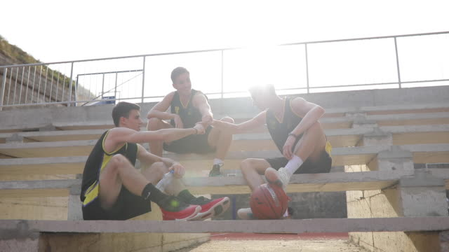 vidéos et rushes de équipe de streetball assis sur les stands - streetball