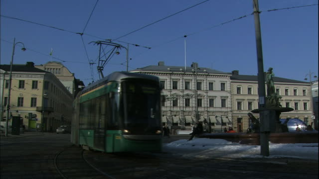 vidéos et rushes de a streetcar comes to a stop in front of helsinki's city hall. - mairie