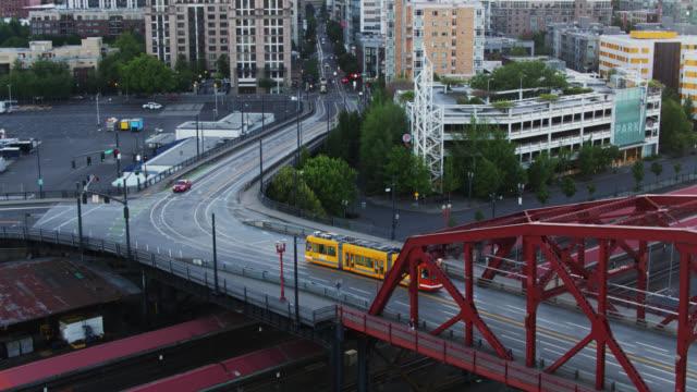 streetcar crossing broadway bridge into downtown portland, oregon - aerial - portland oregon点の映像素材/bロール